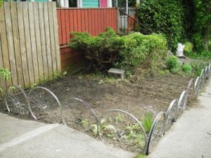 25 Inexpensive Upcycled DIY Garden Edging Design with Old Bicycle Wheels