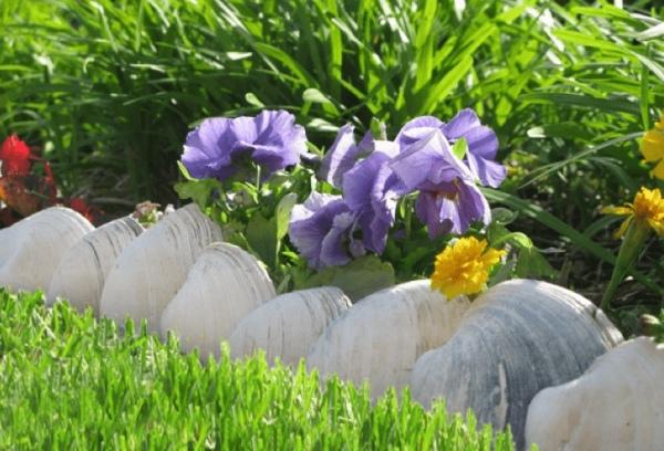 1 Wonderful DIY Garden Edging Design with Cinder Blocks over Pebbles