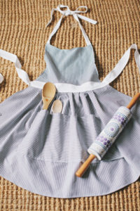 DIY Girly Hostess Apron in Free Pattern with Several Display-Pockets