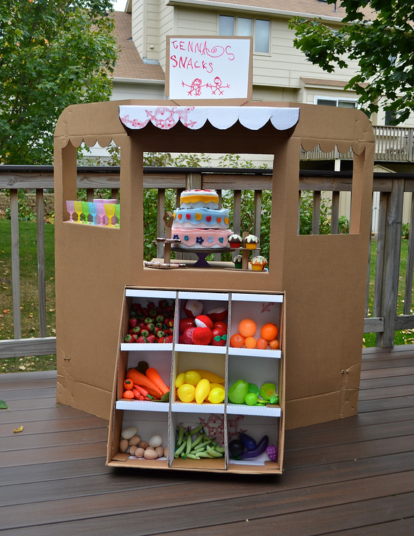 Cardboard Greengrocer: A DIY Shop Structure for A Running Store