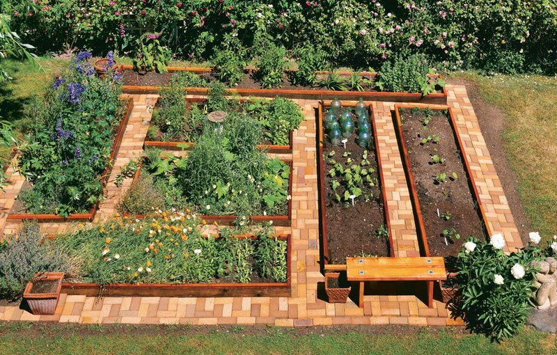 DIY Flat-Looking and Easy Access Raised Garden Bed in Modern Locality Shape