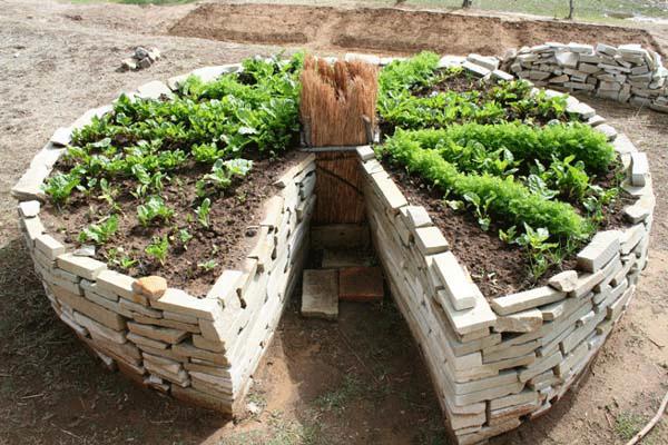 Tutorial of How Build a Keyhole Raised Garden Planter with Stone Bricks