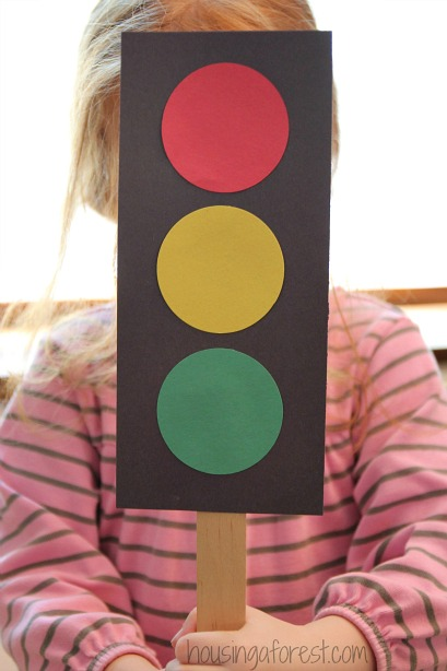 Tutorial of How To Make A Traffic Light: DIY Construction Paper Craft Idea for Preschoolers