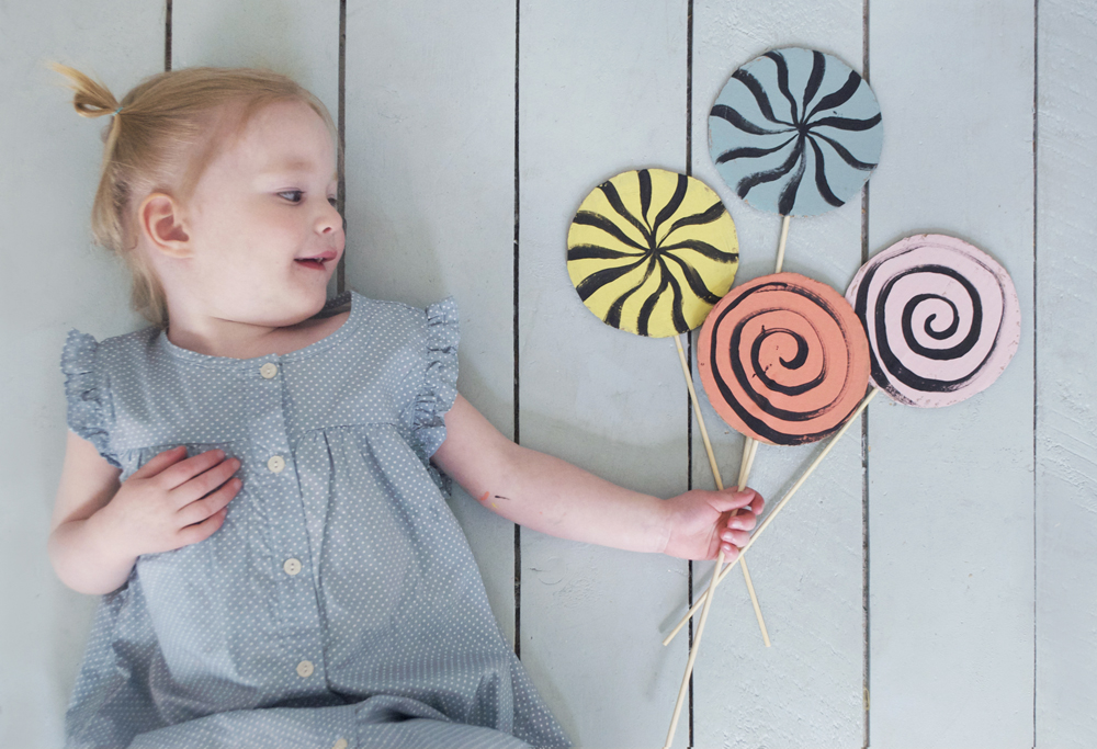 Tutorial of How to Make a Set of DIY Cardboard Lollipops with Some Easy Paint Strokes